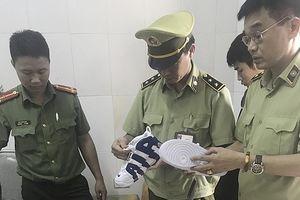 Tạm giữ lô hàng thiết bị thẩm mỹ, giày dép trị giá 700 triệu đồng