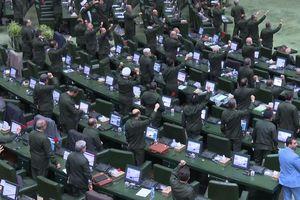 Toàn bộ nghị sĩ Quốc hội Iran mặc quân phục 'đồng diễn' phản đối Mỹ