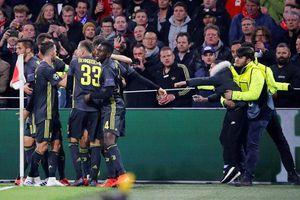 Bị CĐV Ajax ném cốc vào người, Ronaldo có hành động đáp trả đầy bất ngờ