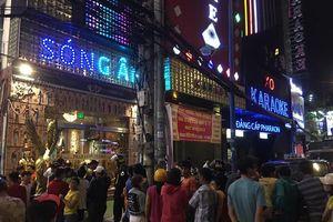 Nhiều người thức xuyên đêm theo dõi công an khám xét quán karaoke và tạm giữ dàn xe biển số ngũ quý của Phúc XO