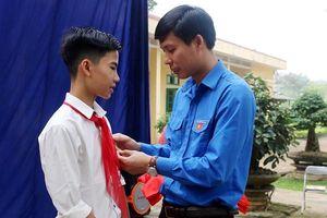 Trao tặng huy hiệu 'Tuổi trẻ dũng cảm' cho nam sinh cứu ba bạn nhỏ khỏi đuối nước