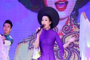 Trịnh Kim Chi mặc áo dài tham gia chương trình từ thiện dành cho nghệ sĩ khó khăn