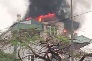 Kịp thời đưa 9 người dân thoát khỏi đám cháy trên phố Lạc Trung
