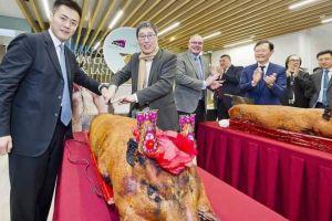 Phòng thú y Hong Kong hứng chỉ trích vì dùng heo quay ở lễ khai trương