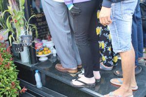 Đám đông giẫm lên mộ bia, chen nhau chụp hình trong đám tang Anh Vũ
