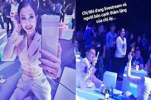 Có ai yêu Đông Nhi nhiều như Ông Cao Thắng: Nàng mải mê livestream, chàng kiên nhẫn ngồi bên cạnh rọi flash