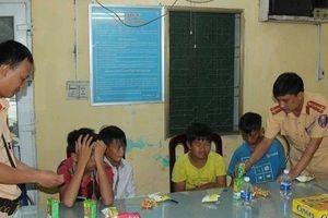 CSGT Hà Nam giúp 4 cháu bé đi lạc về với gia đình