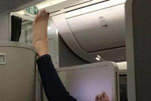 Cặp đôi chơi trò 'bắt chân' phản cảm trên máy bay khiến nhiều người lắc đầu ngao ngán