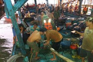 Cứu 51 thuyền viên trên tàu câu mực bị phá nước trên biển
