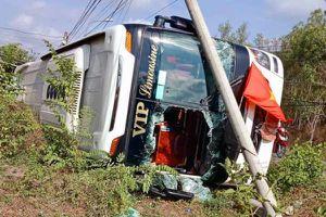 Lật xe khách, hàng chục hành khách kêu cứu