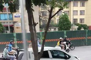 Ô tô lao như 'điên', hất ngã xe máy ở Hà Nội