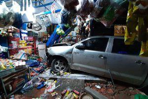 Tài xế Trung Quốc lao xe bán tải tông sập tiệm tạp hóa ở Bình Dương
