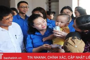 Tuổi trẻ Văn phòng Chính phủ tặng quà gia đình khó khăn, trẻ mồ côi Hà Tĩnh