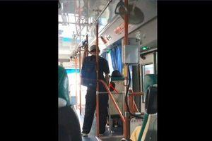 Thấy nữ sinh ngủ say trên xe buýt, nam thanh niên tiến lại gần rồi làm điều kinh khủng này