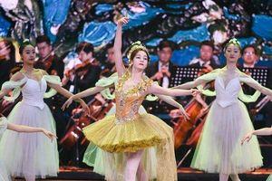 Địch Lệ Nhiệt Ba ngã trên sân khấu sau khi tỏa sáng cùng Ngô Cẩn Ngôn tại 'LHP Bắc Kinh 2019'