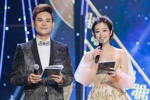 Thùy Linh rạng rỡ làm MC giải Cánh Diều sau tai nạn gãy tay