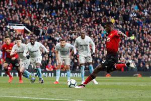 Pogba lập cú đúp trên chấm phạt đền, MU nhọc nhằn đánh bại West Ham