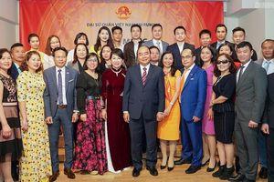 Thủ tướng thăm Đại sứ quán và gặp gỡ cộng đồng người Việt Nam tại Romania