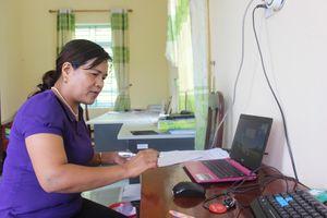 Những phụ nữ Hà Nhì vượt rừng tìm con chữ
