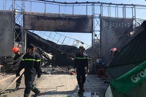 Gara ở Sài Gòn nổ lớn, cháy dữ dội: Cả chục ô tô bị thiêu rụi