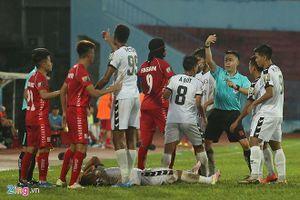 Cận cảnh màn 'đấu võ' giữa cầu thủ Hải Phòng và Đà Nẵng