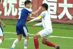 Cận cảnh pha đánh nguội của cầu thủ U17 Hà Nội FC với cầu thủ Trung Quốc