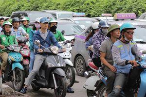 Người dân ùn ùn lên Hà Nội, nhiều tuyến đường ùn tắc