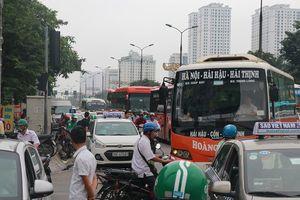 Người dân lỉnh kỉnh đồ đạc trở về Thủ đô sau nghỉ lễ