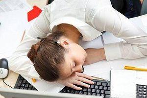Biết hậu quả khủng khiếp này, không bao giờ dám 'tranh thủ' ngủ gục trên bàn