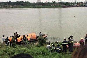 Cô gái nhảy xuống sông Đuống, 2 người nhảy theo để cứu nhưng bất thành