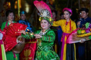 Du khách TPHCM thích thú xem chầu văn và múa bóng rỗi