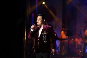 Quang Lê xúc động khi trở lại sân khấu bình dân sau 5 năm