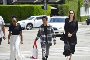 Angelina Jolie rạng rỡ ra phố sau khi được tòa án xác nhận độc thân