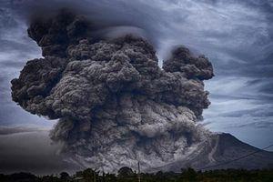 Sân bay ở Indonesia ngừng hoạt động do núi lửa phun trào