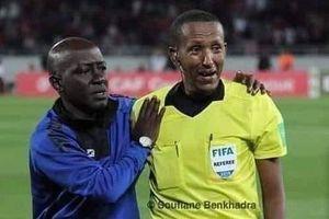 Trọng tài bật khóc khi chứng kiến thủ môn bị chấn thương khủng khiếp