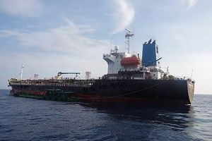 Bắt quả tang vụ san chiết trái phép lượng lớn xăng A92 trên biển