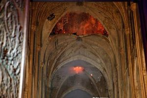 Cảnh tượng đối lập bên trong nhà thờ Đức Bà Paris trước và sau vụ cháy