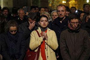 Khoảnh khắc người dân Paris đồng thanh hát cầu nguyện khi nhà thờ Đức Bà bốc cháy