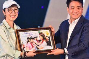 Đả nữ Hollywood rạng rỡ nhận 'quà đặc biệt' từ Chủ tịch TP.Hà Nội