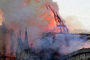 Hiện trường vụ cháy Nhà thờ Đức Bà Paris: Lửa bùng lên dữ dội, đỉnh tháp 850 năm tuổi sụp đổ