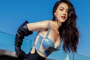Hoa hậu Phương Khánh 'chơi trội' chụp hình bikini trên nóc tòa nhà cao tầng