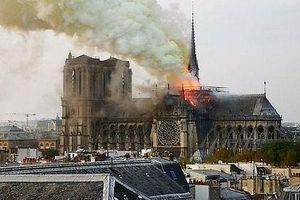 Nhà thờ Đức Bà Paris chìm trong biển lửa