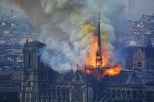 Cháy Nhà thờ Đức Bà: Người dân Paris đau đớn nhìn công trình lịch sử sụp đổ