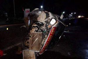 Xe đầu kéo đâm ô tô con lật ngửa, 5 người bị thương