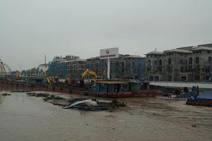 Hải Phòng: 2 xà lan chở than bị chìm, nghiêng trên sông Tam Bạc
