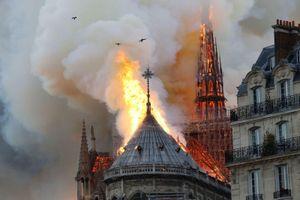 Tháp và mái Nhà thờ Đức bà Paris đổ sập hoàn toàn vì hỏa hoạn