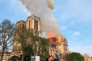 Clip: Kinh hoàng Nhà thờ Đức Bà Paris (Pháp) chìm trong biển lửa
