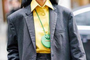Không gì là không thể: Túi đeo cổ lủng lẳng được dự đoán khuấy đảo làng thời trang