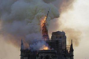 Cháy lớn ở Nhà thờ Đức Bà Paris: Sập đỉnh tháp