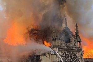 Nhà thờ Đức Bà ở Paris bốc cháy dữ dội